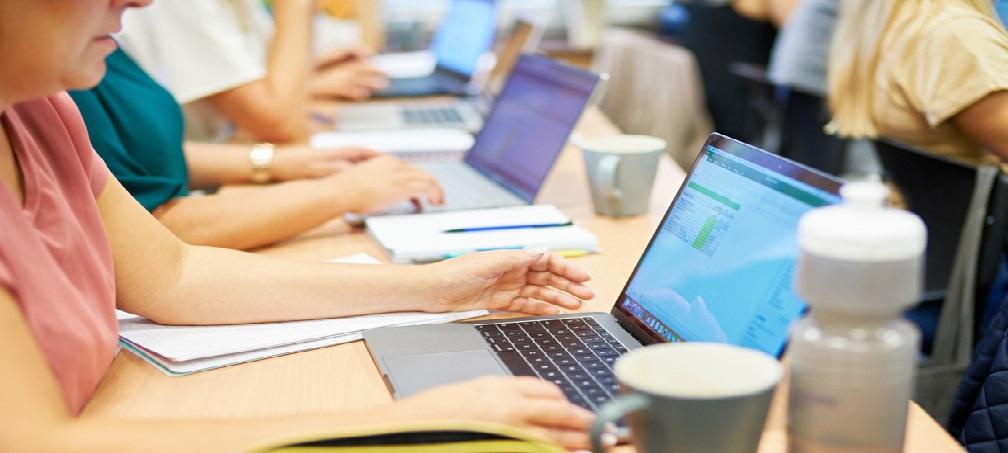 Ett antal personer studerar korta kurser