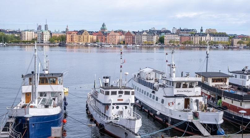 Bild på båtar längs en kaj